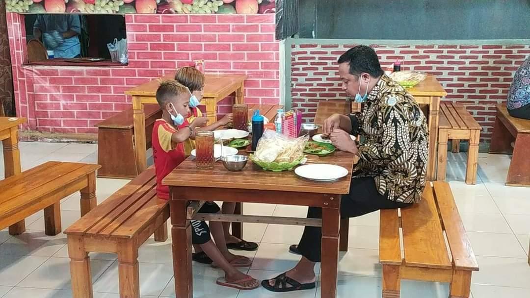 Dua Bocah Penjual Tisu Ini Tak Sangka Diajak Makan Bebek sama Wagub Sulsel