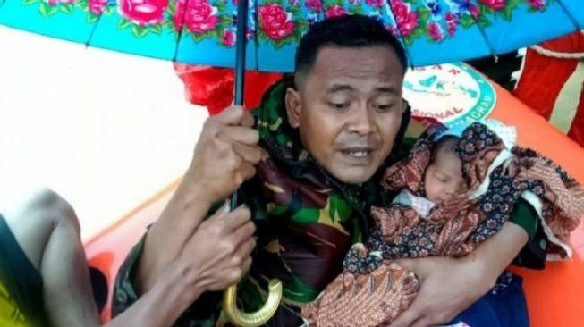 Viral.. Prajurit TNI Selamatkan Bayi Berumur 4 Hari dari Terjangan Banjir