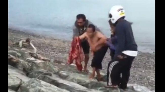 Viral... Video Seorang Bapak Diterkam Buaya Saat di Pantai, Tangan Terkena Gigitan