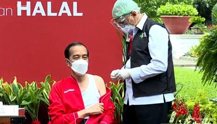 Jokowi yang Pakai Singlet Saat Vaksinasi ke-2, ini Penjelasan Istana