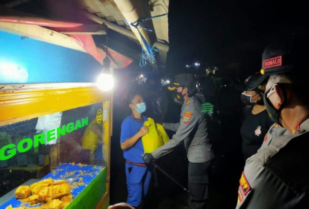 Kapolres Minut Grace Rahakbau Bagikan Paket Sembako di Tengah PPKM