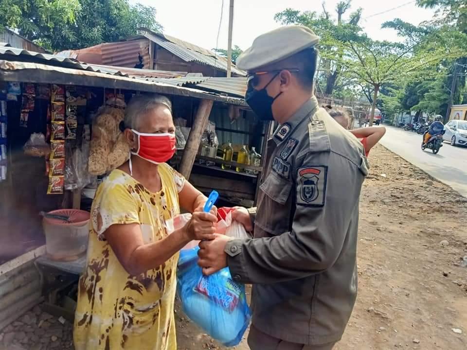 Dapat Bantuan dari Dermawan, Satpol PP Makassar Bagikan ke Masyarakat Yang Layak