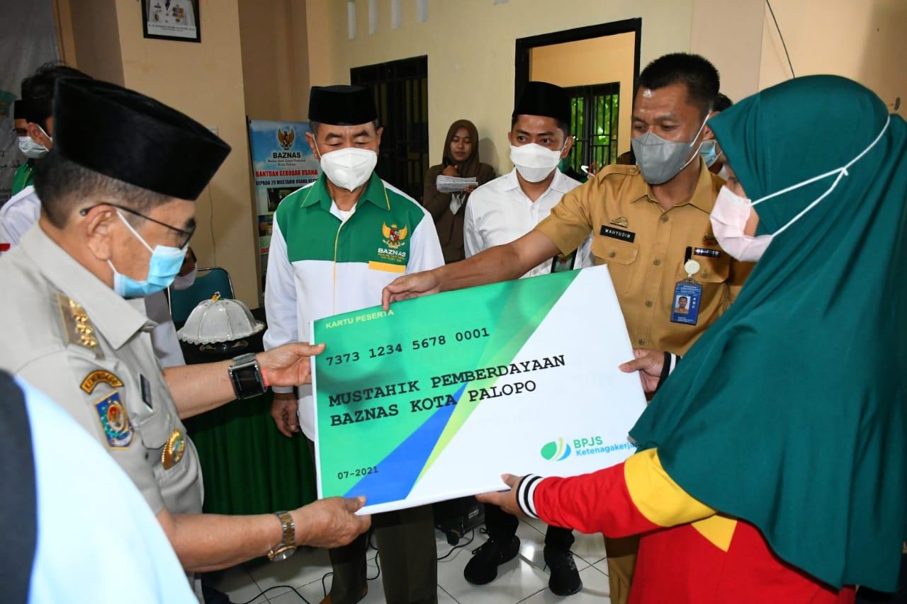 Walikota Judas Amir Serahkan Mustahik dari Baznas Untuk 7 Kecamatan se Kota Palopo