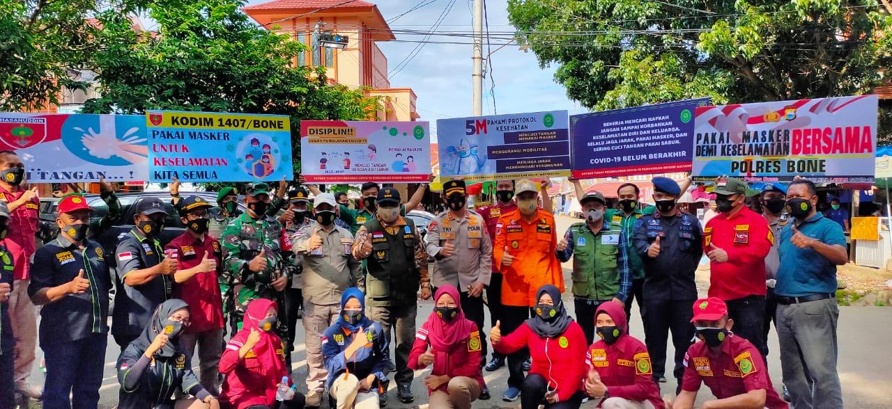 Batalyon C Pelopor Satbrimob Polda Sulsel Bagikan Paket Sembako Untuk warga Terdampak PPKM Mikro di Bone